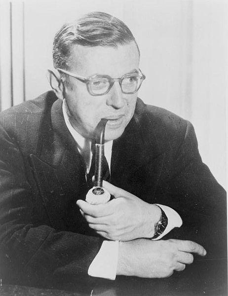 462px-Jean-Paul_Sartre%2C_portrait_de_t%C3%AAte-et-%C3%A9paules%2C_faisant_face_bien%2C_pipe_de_tabagisme[1].jpg